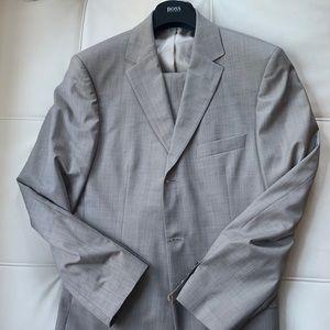 Hugo Boss beige wool 2 button suit 40R/34 waist